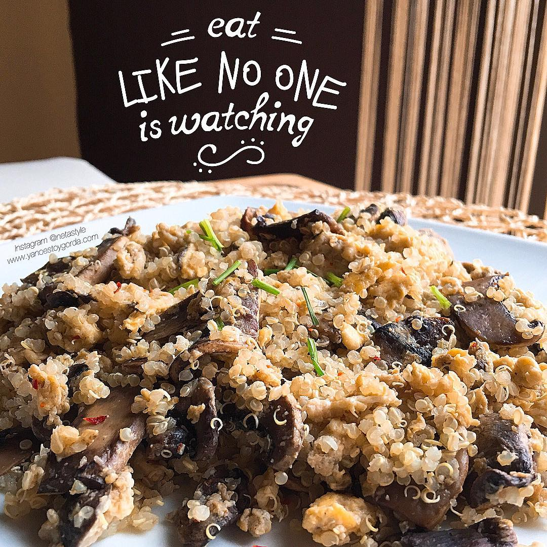 Quinoa con champiñones, huevos revueltos y cebollino