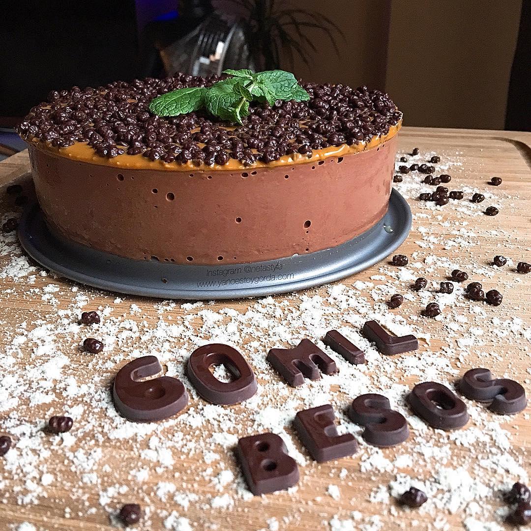 "Chessecake de cacao ""fit"" con manteca de cacahuete y bolitas proteicas crujientes"