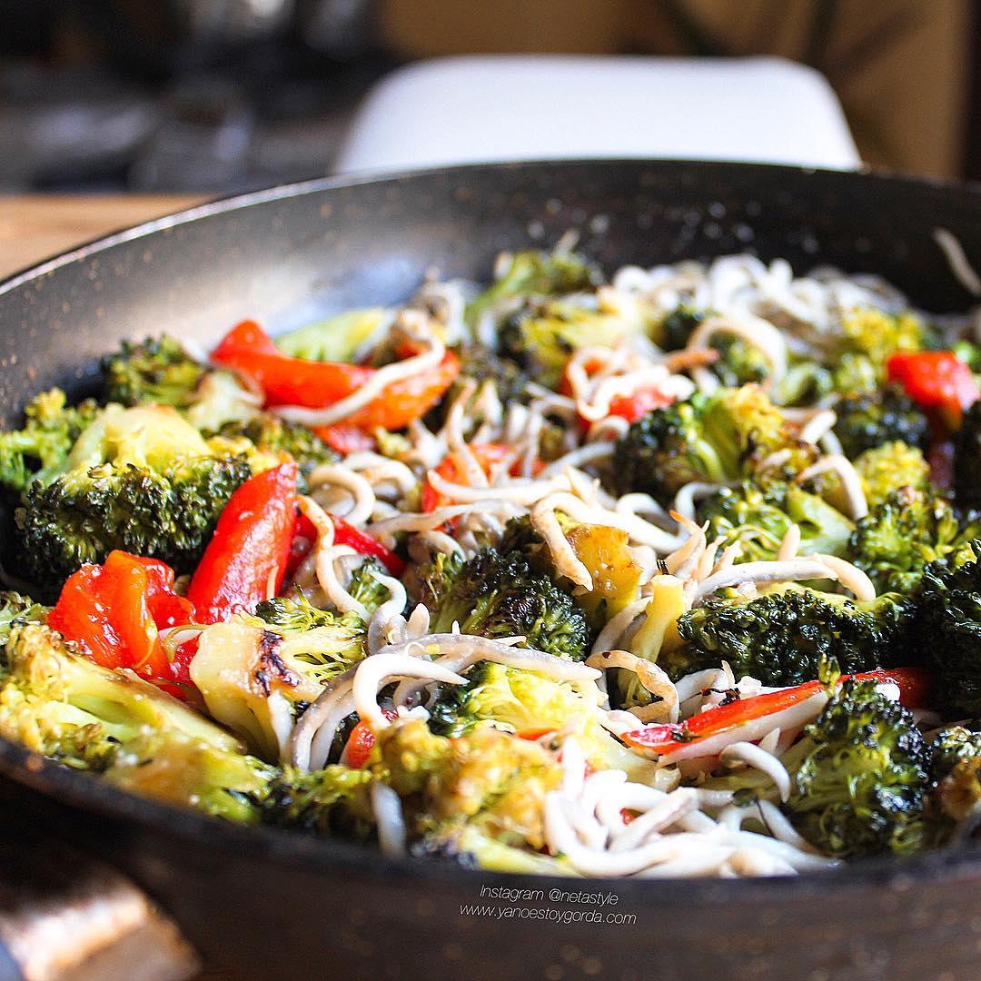 Brócoli a la plancha con gulas y pimiento asado