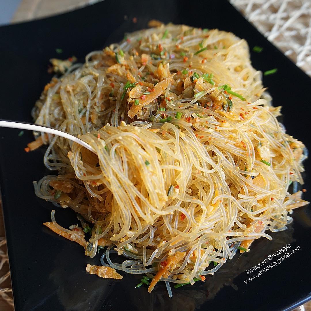 Fideos de guisante y habas mungo con calabacín, zanahoria y huevo