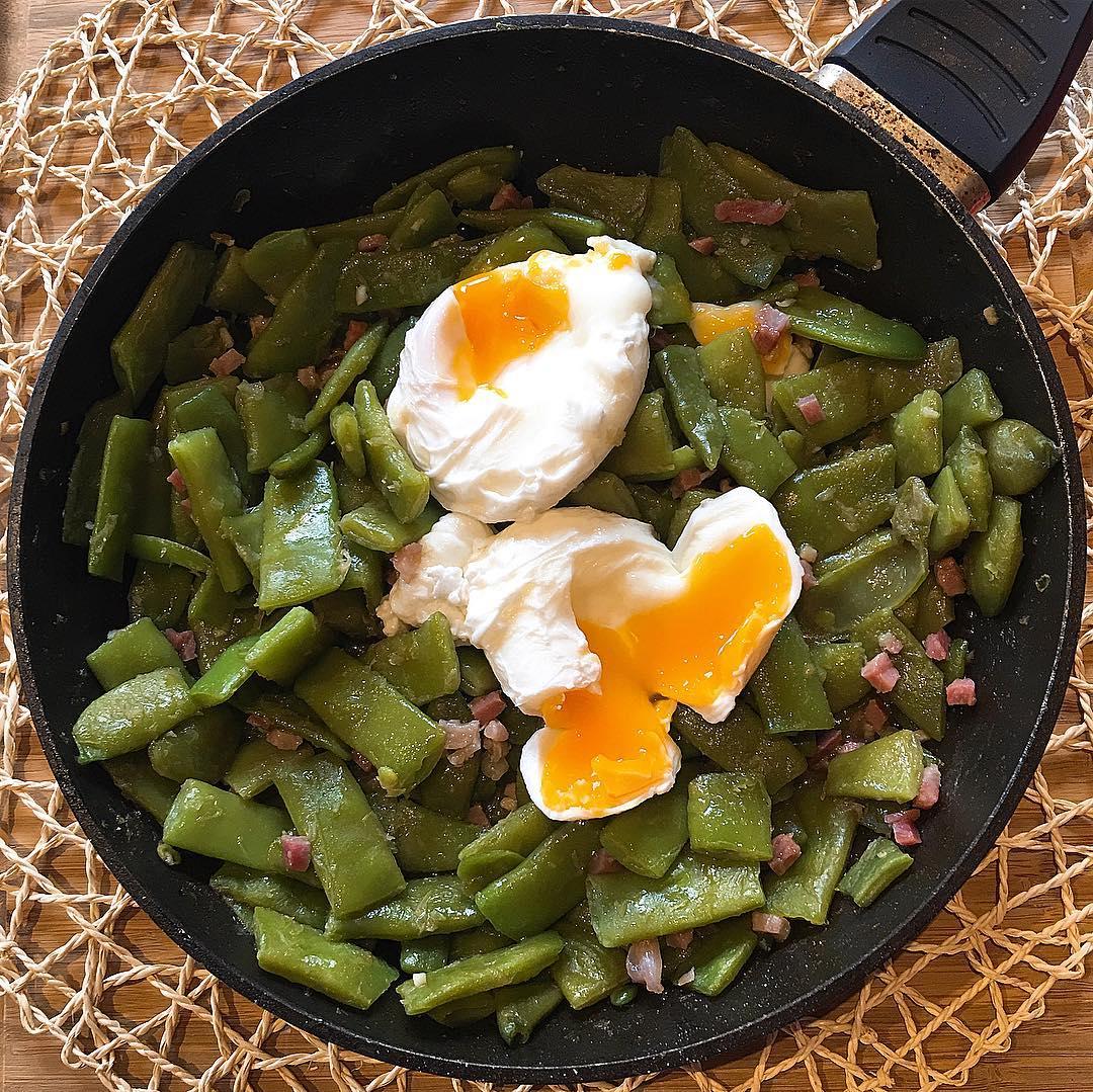 Judía verde con jamón y huevos escalfados