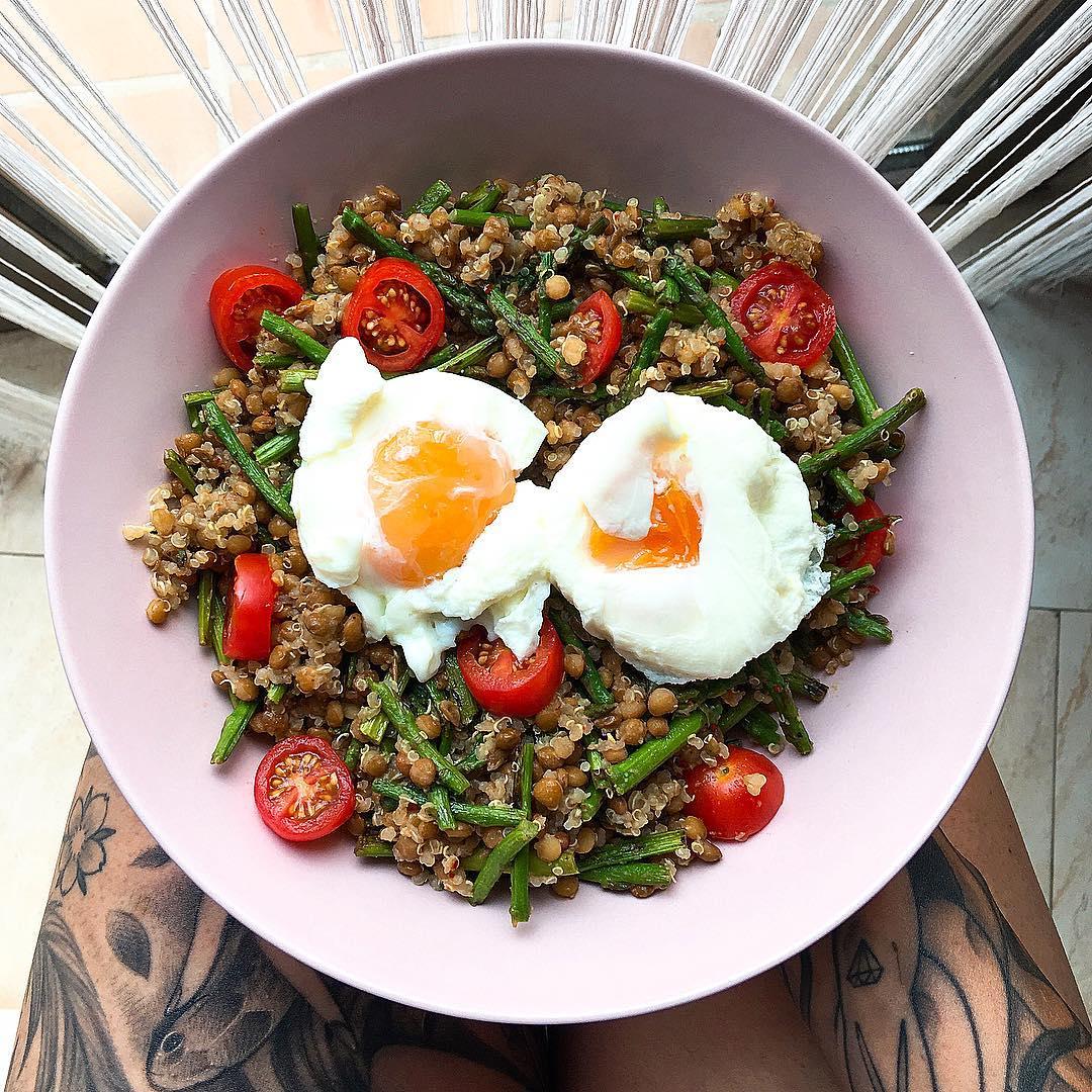 Lentejas con quinoa, espárragos, tomatitos y huevos escalfados