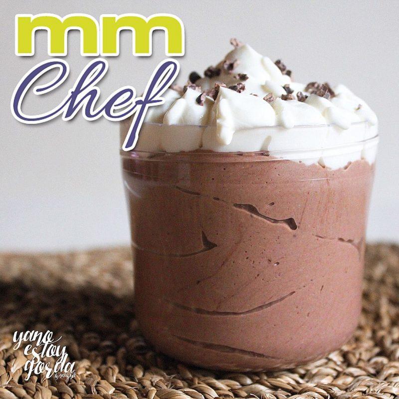Copa de chocolate y avellanas con yogur proteínico