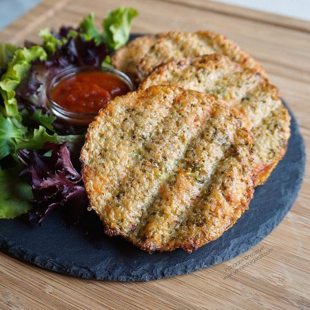 Tortitas de quinoa, brócoli y salmón ahumado al horno