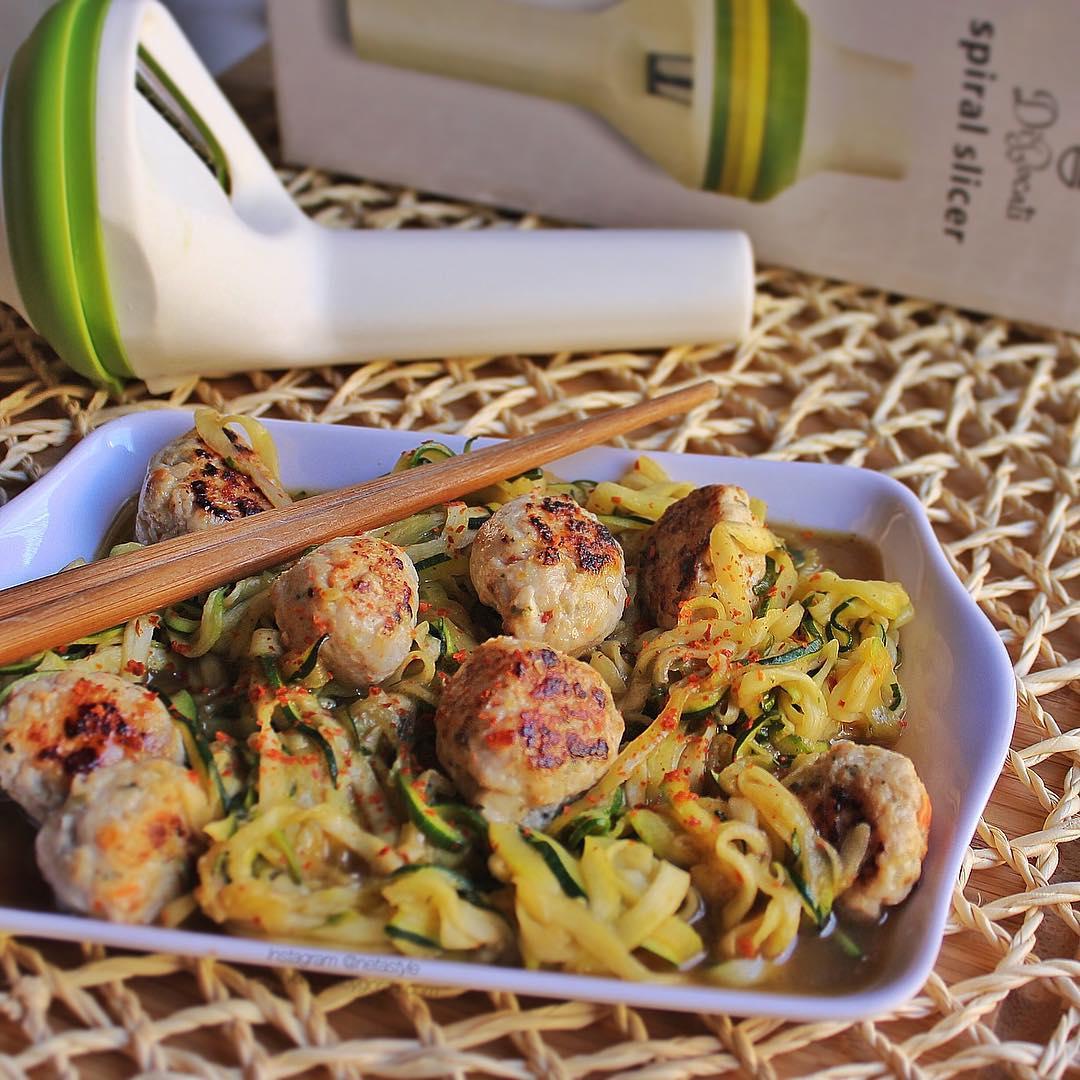 Noodles picantes de calabacín a la soja con bolita de pollo y verduras