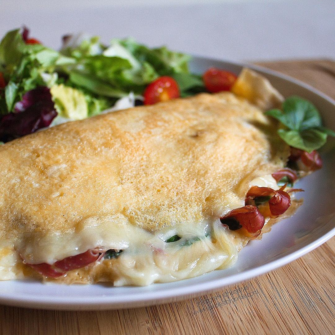 Tortilla de espinacas, jamón serrano y queso proteínico