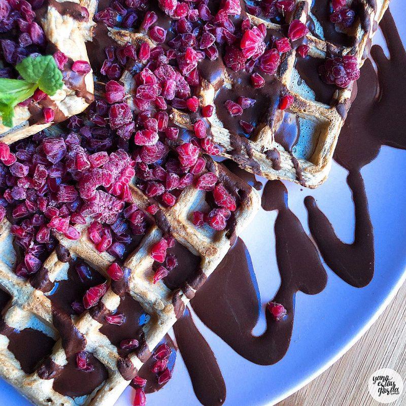 Gofres saludables de avena con cacao y frambuesas