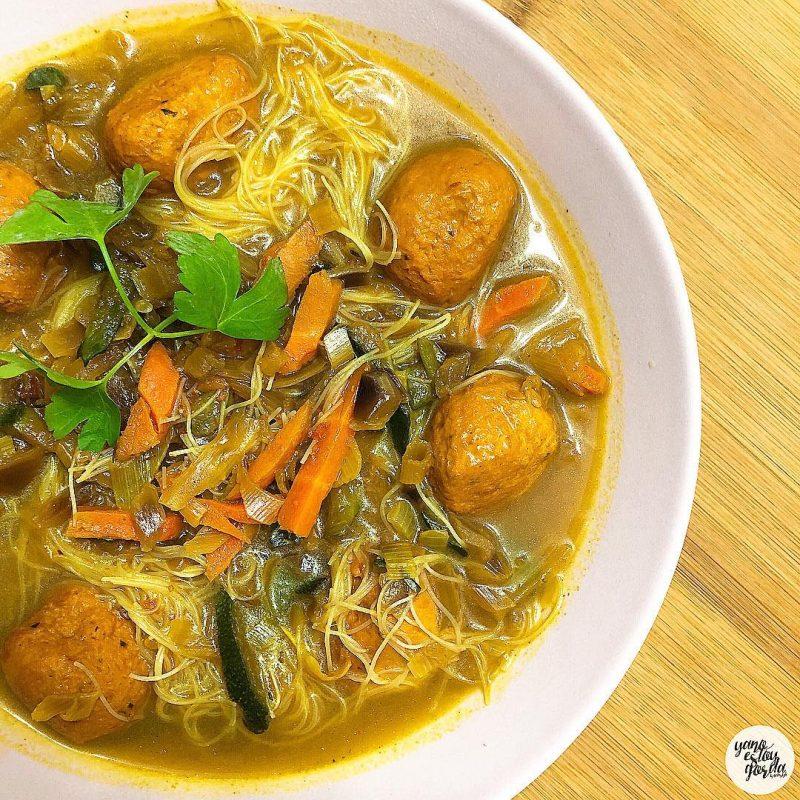 Fideos de arroz al curry picante con verduritas y albóndigas