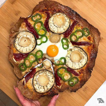 Pizza de centeno integral casera con berenjena