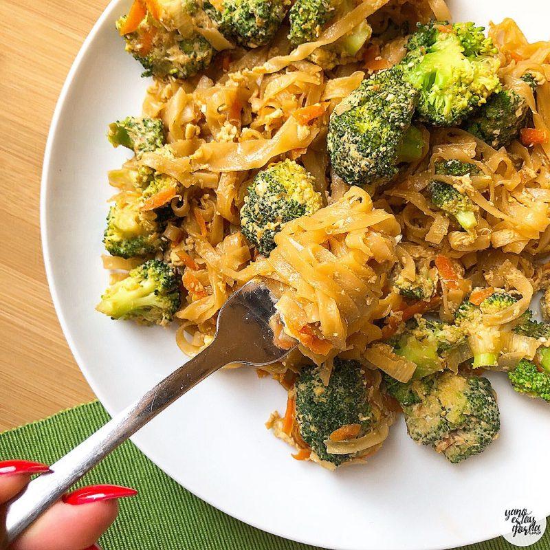 Noodles de arroz con brócoli y huevo