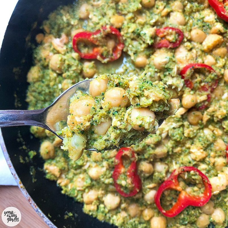 Garbanzos cocidos con brócoli y salmón en su jugo al curry