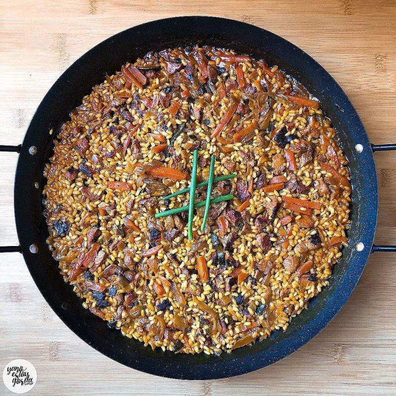 Arroz integral con pavo al ajillo y verduras con cúrcuma