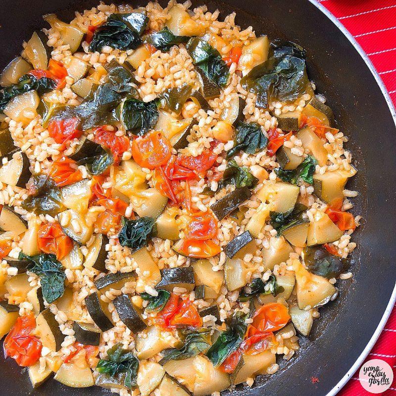 Arroz integral con tomates, calabacín, garbanzos y espinacas