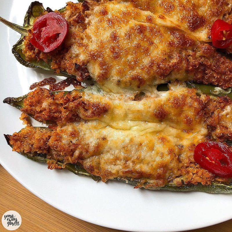 Pimientos al horno rellenos de quinoa y atún con queso